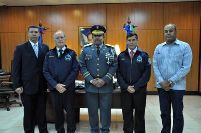 20110823141306-jefe-recibe-visita-del-coordinador-del-interpol-copia.jpg