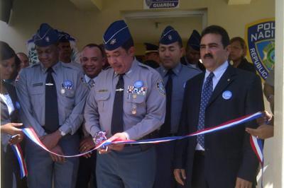 20120210171347-jefe-pn-corta-la-cinta-para-dejar-inaugurado-destacamento.jpg