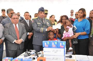 20120703175032-entrega-cheques-policias-caidos.jpg