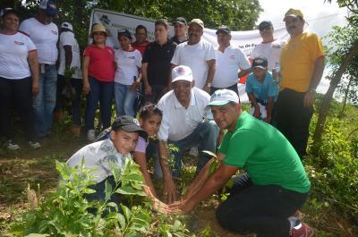 20151027033133-asodefe-siembra-1500-plantas-de-caoba-criolla-en-villa-altagracia.jpg